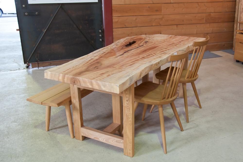 トチの一枚板テーブル